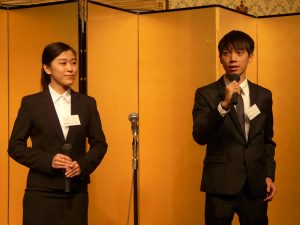プレゼンを行う研修生の陳弼凡さん(右)と頼廷妮さん(左)