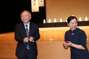 駐日代表處副代表郭仲熙(左)從慈濟日本分會執行長許麗香手中接過福慧紅包