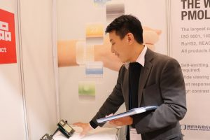 錸寶科技業務經理戴義昆介紹該公司所生產的小型螢幕