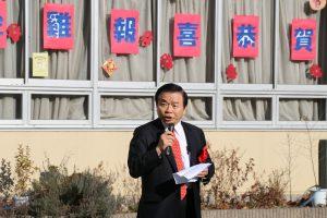 東京華僑總會會長蘇成宗感謝校長和老師位學生創造出良好的學習環境