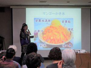 謝美香在講座中介紹台灣觀光景點、美食小吃。