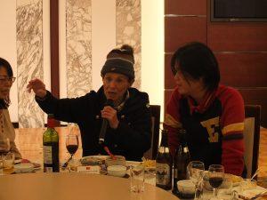華僑らと交流する文夏さん(左)