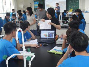 2016年9月在苗栗縣大同高中向學生解釋二氧化碳數據的情況(照片提供:伊藤雅一教授)