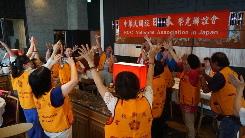 眾人一同高唱中華民國頌等軍歌