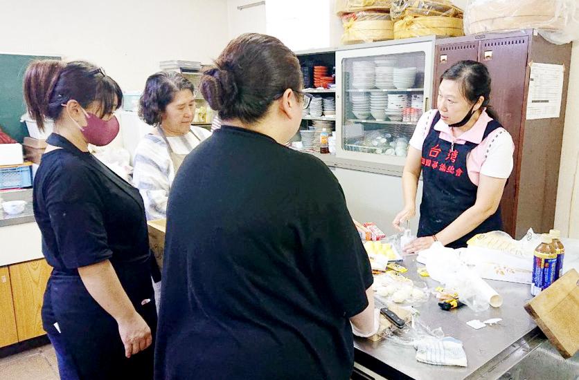 上島會長用心講解製作月餅步驟