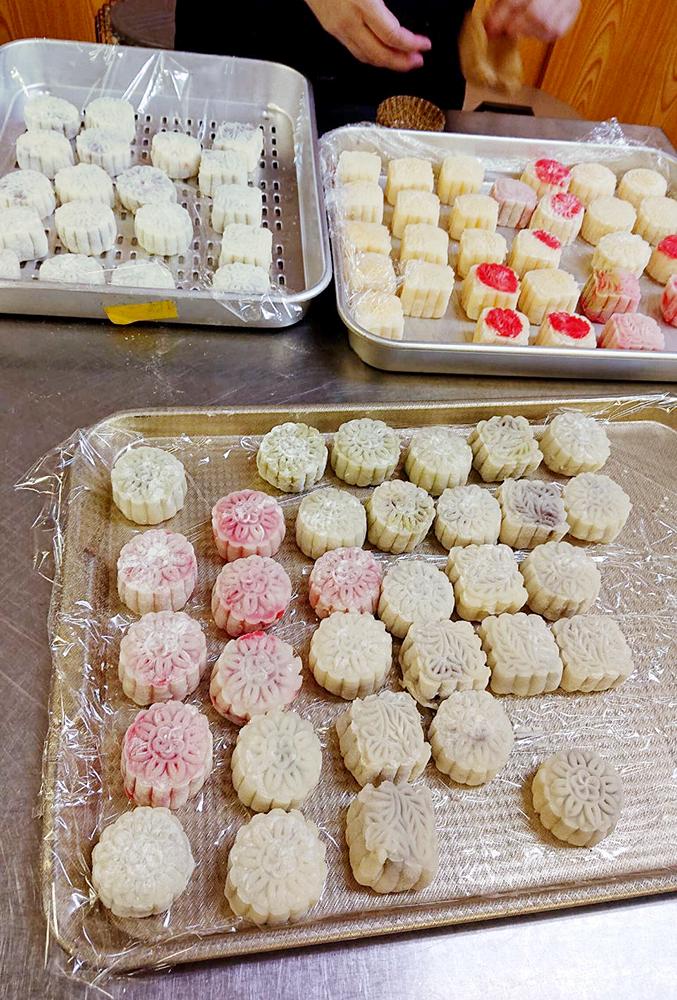 在上島會長的教導下,大家都成功製作出可口的月餅