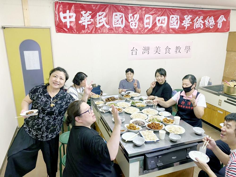活動尾聲上島會長也加碼教導製作各種台灣小吃